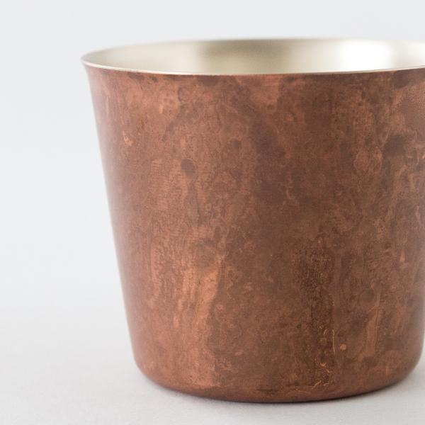 銅が持つユニークな色合いを引き出しています