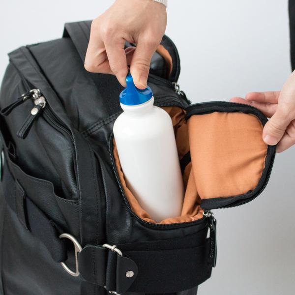 小さめのボトルなどが収納できる外ポケット