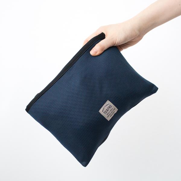 内ポケットに畳みこんでコンパクトサイズに変形できます