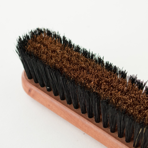 極細のブロンズワイヤーと豚毛が繊維を美しく整えてくれます