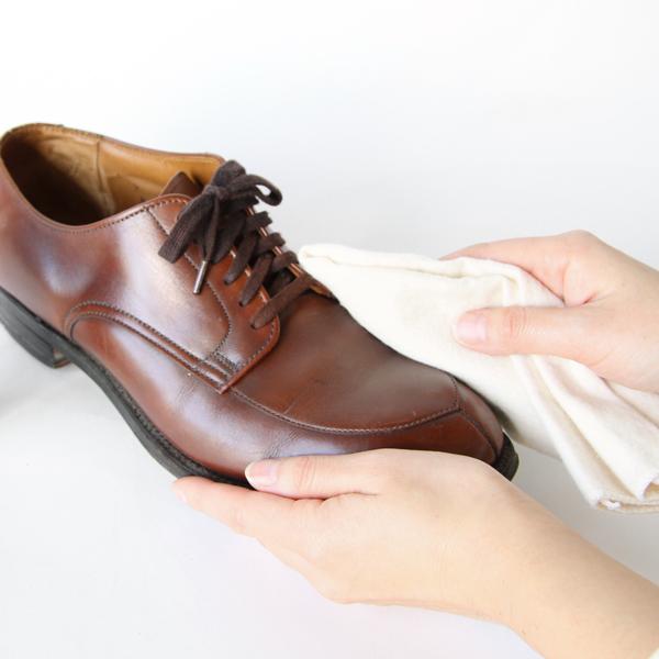 表革の汚れを穏やかに落としながら、油分を補い、革をしなやかに保ちます