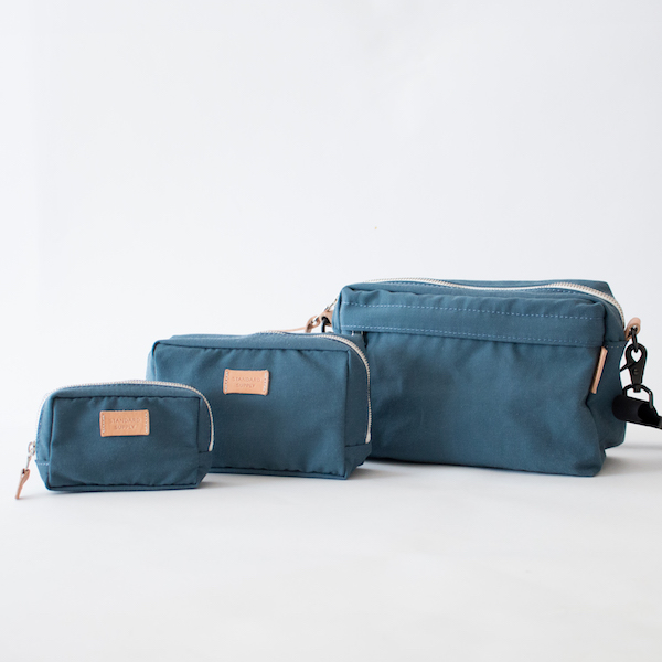SQUARE POUCH BLUE-GREYとのサイズ感