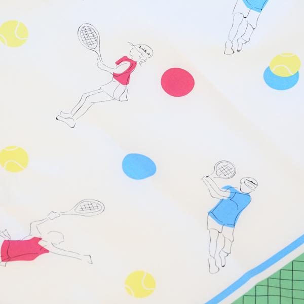 テニスを楽しむ人たち