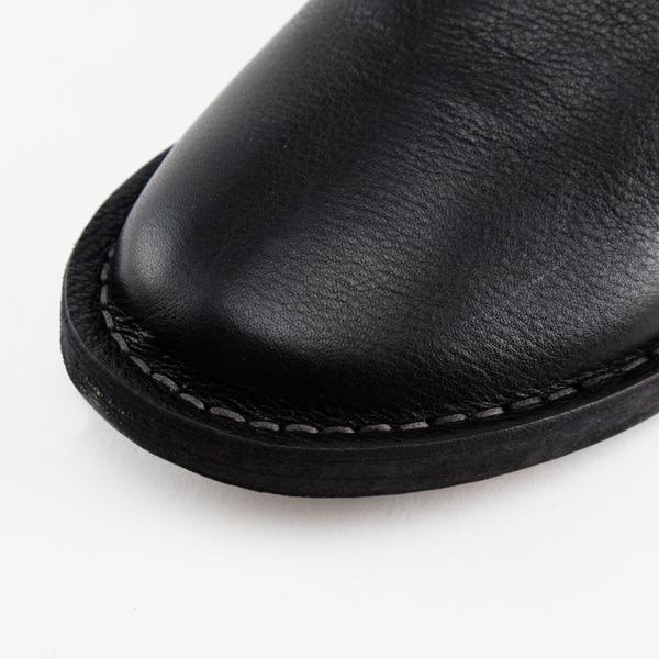 丸みのあるつま先と甲の深いアッパーが足を優しく包んでくれます