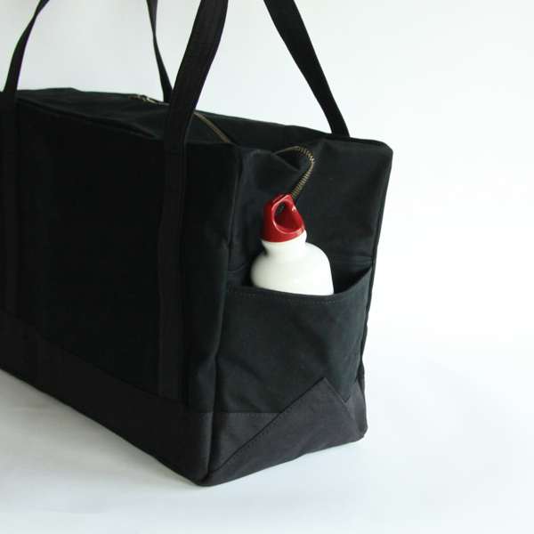 バッグの両サイドには収納ポケットがあります