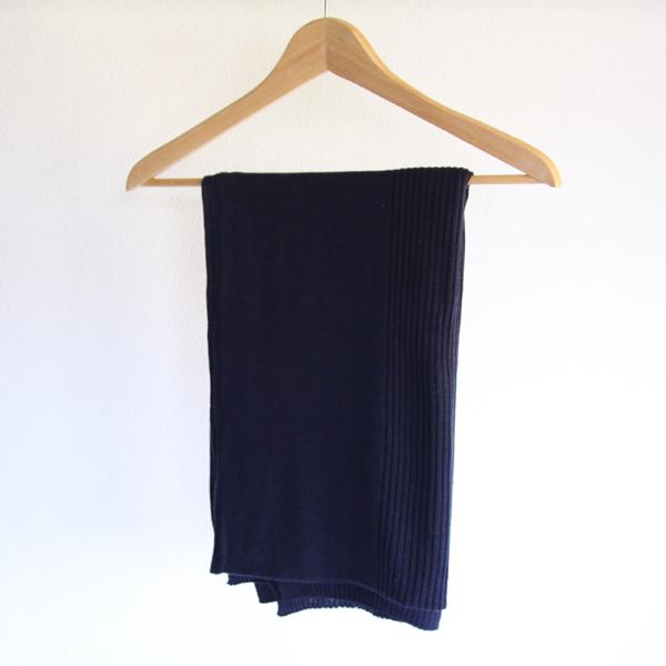 濃く深い藍色のスローケットは男女問わずお使い頂けます