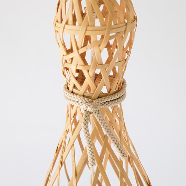 細い竹ひごを編んで作られています