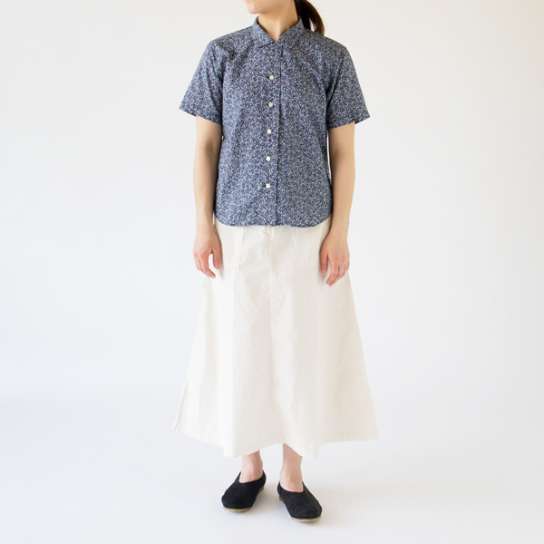 開襟シャツ 小花/NAVY(モデル身長162cm)