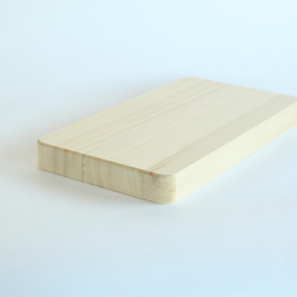 柾目材を特殊接合して作られたまな板です