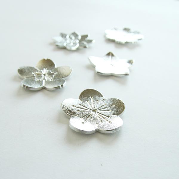 美しく丁寧に花の形にかたどられた、錫製の箸置きです