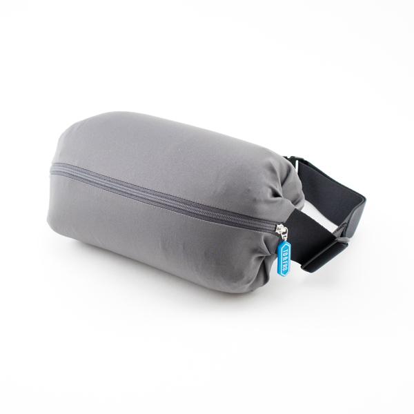 正面のファスナーを開けると隠れていた蛇腹が膨らみ、容量1Lを超えるバッグに