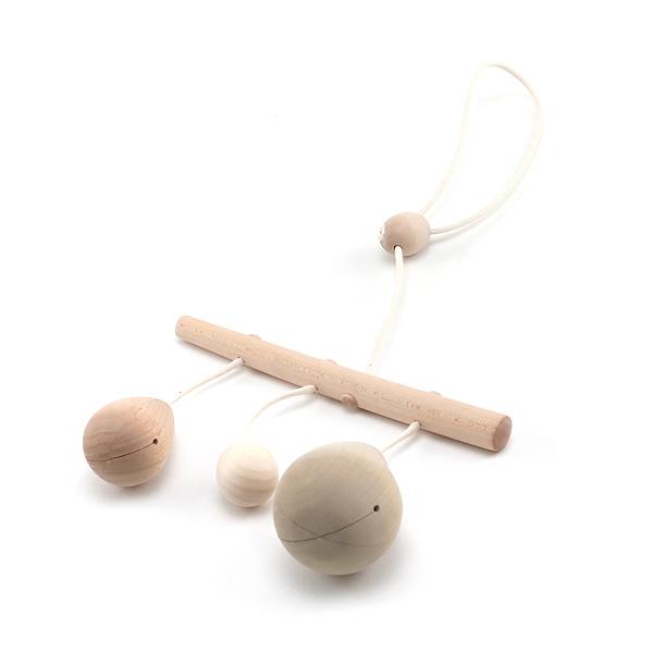 吊り下げると木製のモチーフがゆらゆら揺れます