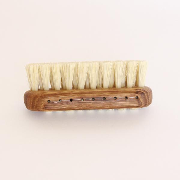 爪の間の汚れや、衣服の部分汚れにお使い頂けるお手入れブラシです