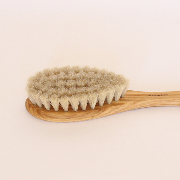 ふさふさな毛束が魅力の、全身に使える万能ブラシです