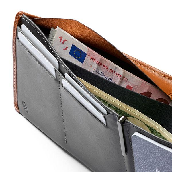 札入れは紙幣を分けられる2箇所のスペースがあります。フラップ付きで大きな金額の紙幣の収納に(CARAMEL)