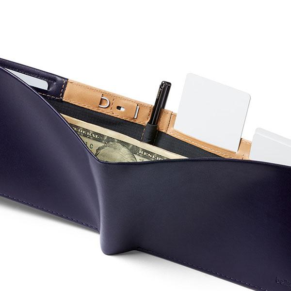 カードスロットの背面側。別のカードスロットが3箇所、SIM専用ポケット、SIM取り出し用のピンが入るポケット付き(NAVY)