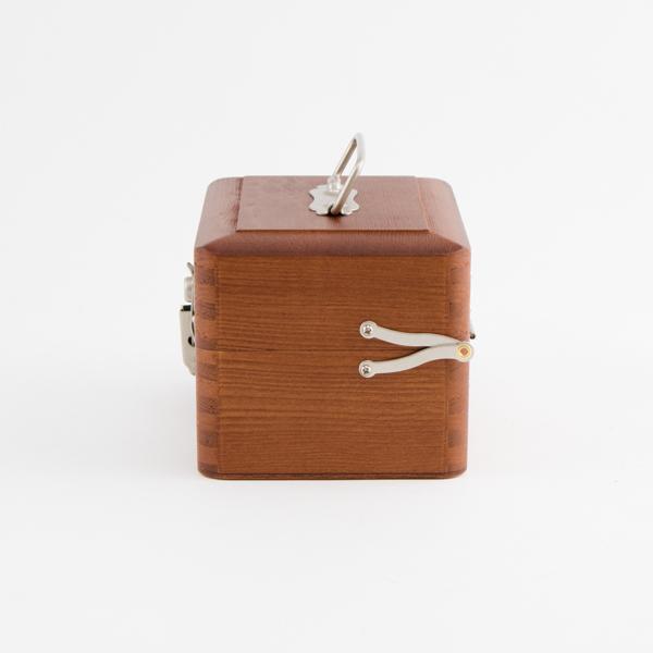 木の香りと職人の温もり感じる手提げ小箱