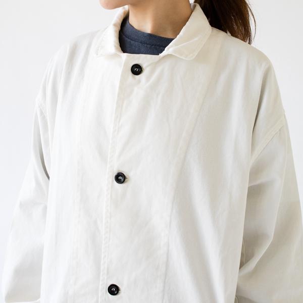 研究所で着る白衣をベースにしたシンプルなデザイン