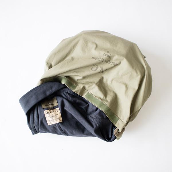 背面内側についたポケットを裏返すとコートをしまえるパッカブル仕様