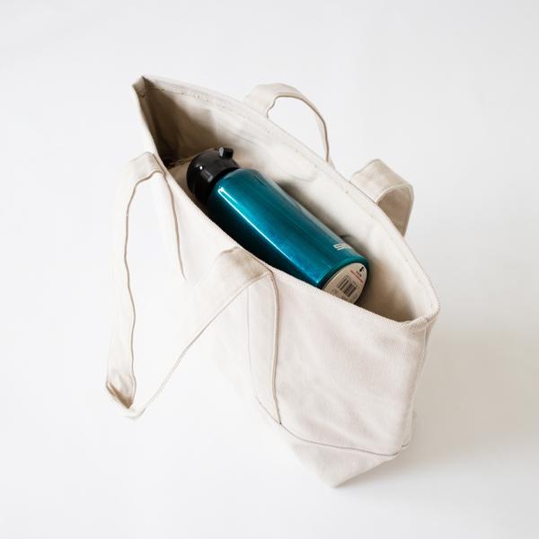 ファスナーを閉めればミニボトルを上に置くことも出来ます
