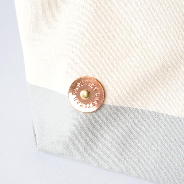 一枚一枚手作業で丸く切り出したプレート(NATURAL/MILK/NIMBUS)