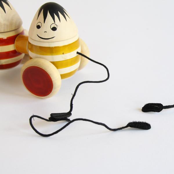 紐を引っ張って遊んで下さいね