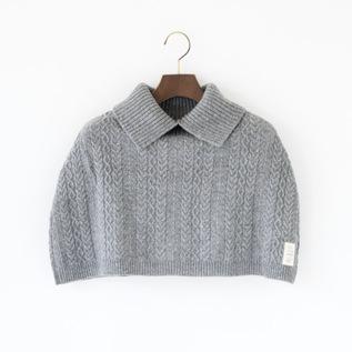 かたをつつむ ケーブル編みケープ