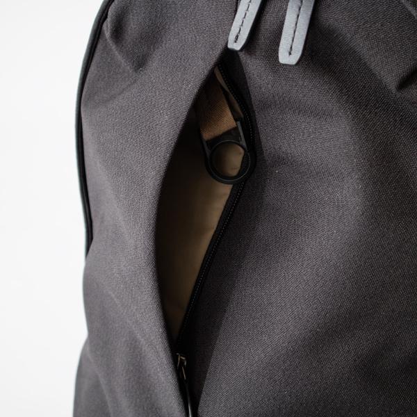 鍵フープ付きのフロントポケット