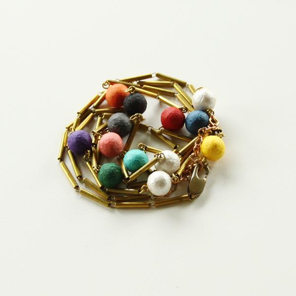 華やかな彩りを添えるネックレスです