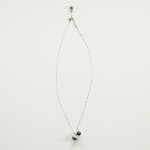色違いの2粒の和紙パールをあしらった、シンプルなデザインのネックレス