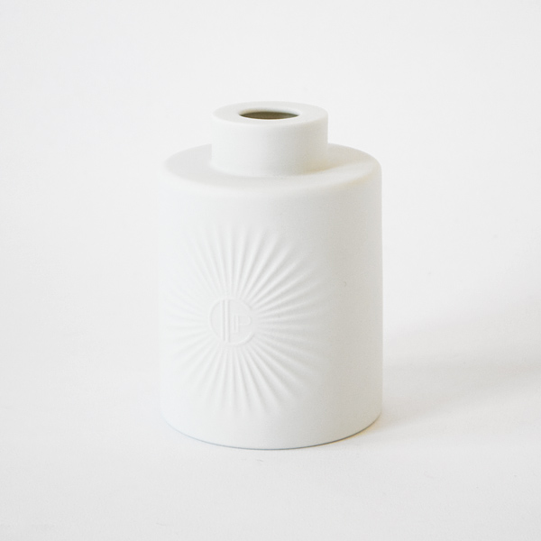 美しい白い素焼きのボトル
