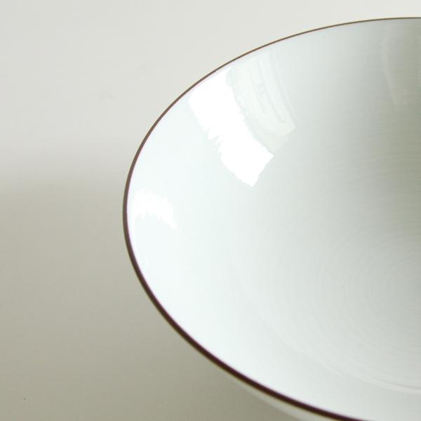 白磁の美しさが際立つ、シンプルなデザイン