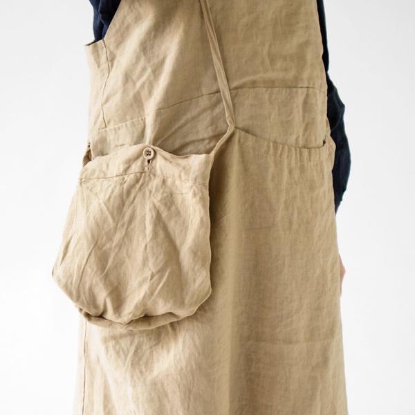 ポケットは外側に出してポシェットのような雰囲気にも。