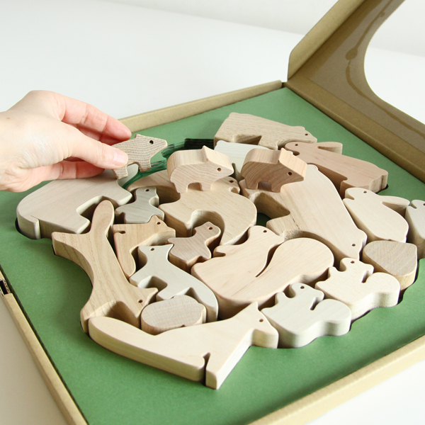 天然素材の心地良さを感じることができるおもちゃです(現在は環境に配慮して、窓のないパッケージに変更しています)