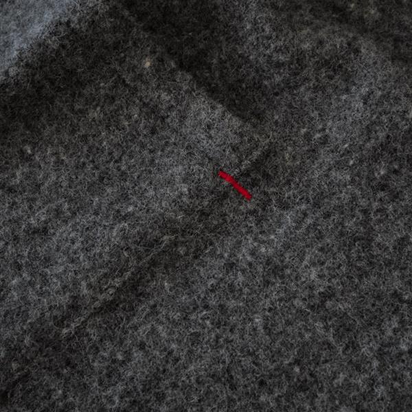 右側のポケットの縁にあしらった赤いステッチがポイント