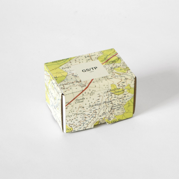 イギリス軍が使用していた地図を配したパッケージ(入荷時期によって仕様が異なる場合がございます)