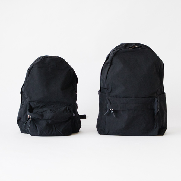 左:DAILY DAYPACK BLACK  右:LARGE DAYPACK BLACK