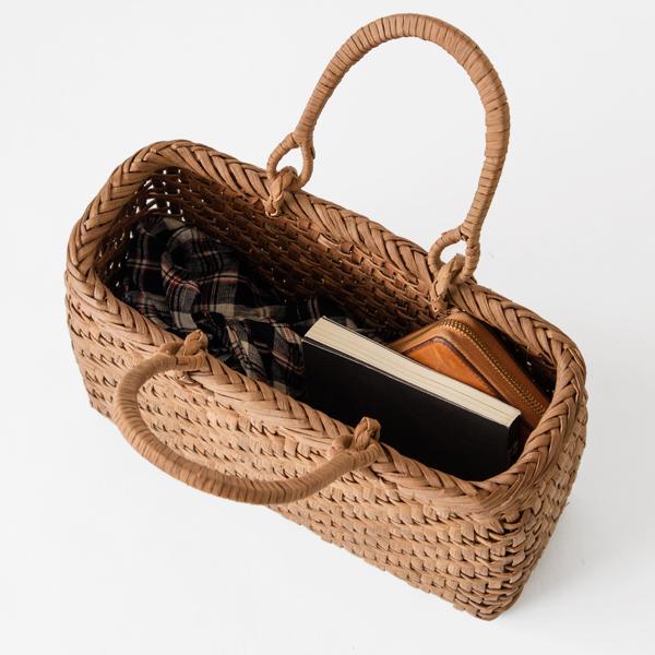 長財布やスリムなお弁当箱、単行本やポーチも入ります