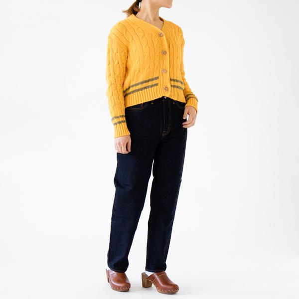ボタンを留めるとセーターのように(別注 MARIGOLD×SAFARI、モデル身長:162cm)