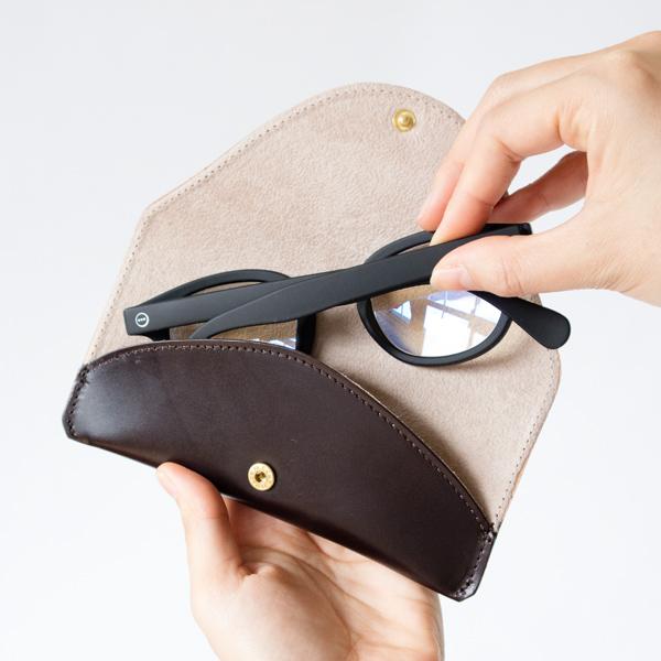メガネが出し入れしやすいフラットなフォルム