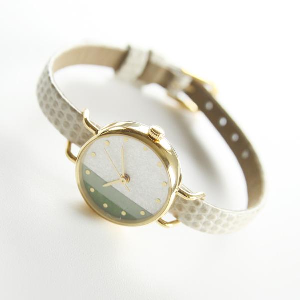 静かな落ち着きを感じさせる優しい配色が魅力の腕時計