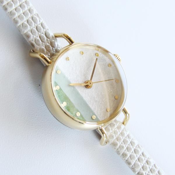 ホワイトとグリーンの色のかさなりと金箔をあしらったインデックスが美しい