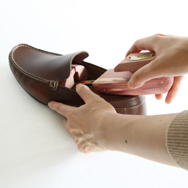 靴に入れる様子