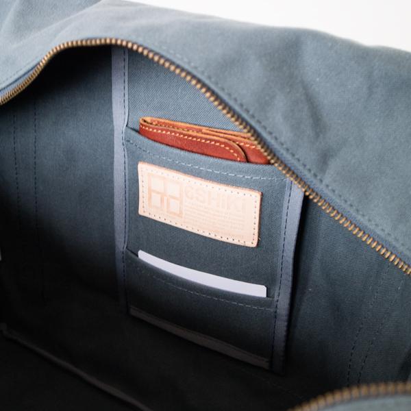 内側にも小物類を収納できるポケットがあります