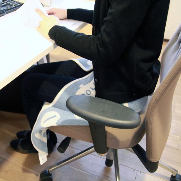 オフィスでの膝掛けにも使いやすいサイズ