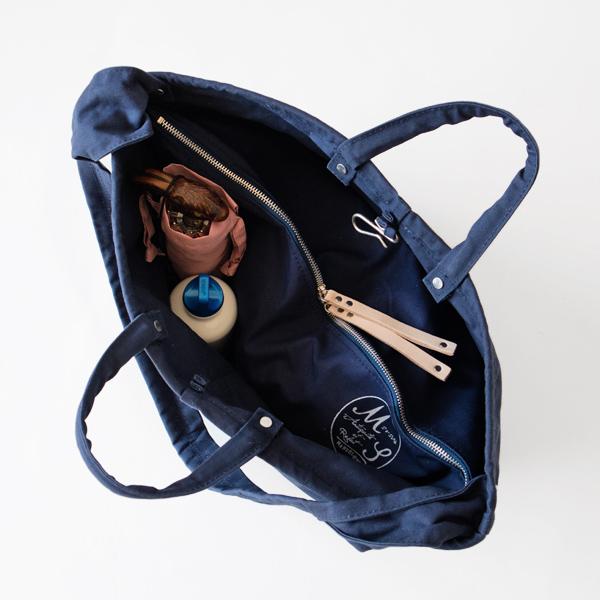 両端のポケットには傘や水筒を。(NAVY)