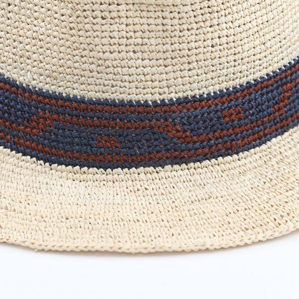 染色されたトキア草が編み込まれています