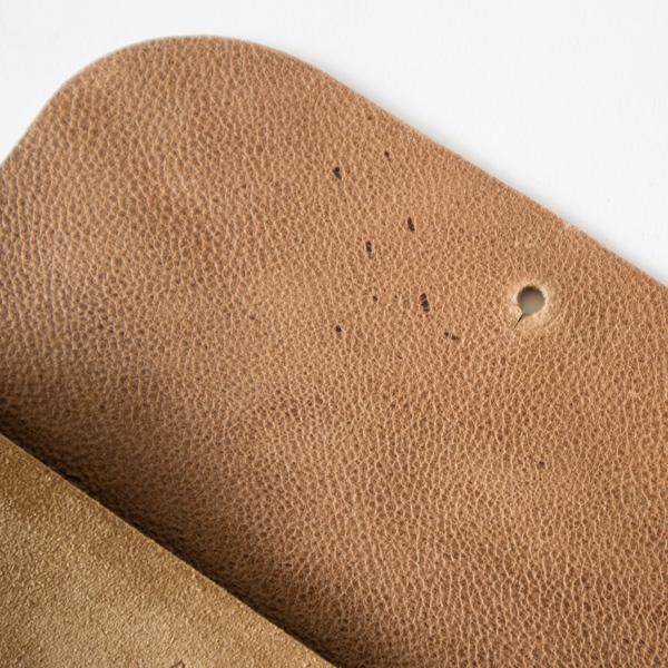 内側の吟面には傷やシミが見られますが、天然皮革ならではの特徴としてお楽しみください。