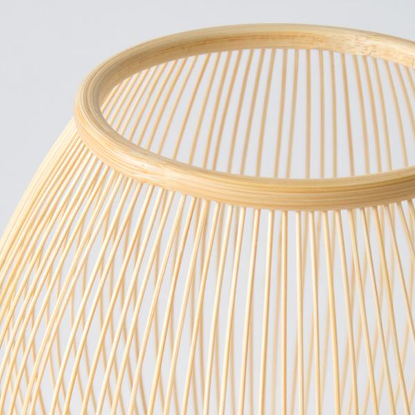 日本の伝統工芸、駿河千筋細工を用いた竹の花入れ