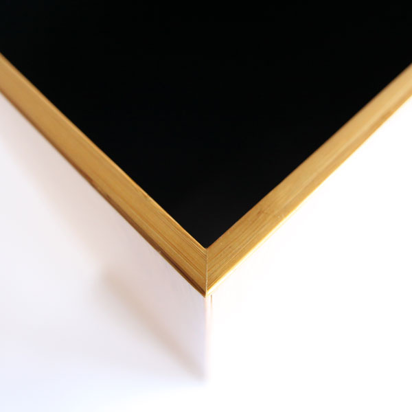 滑らかな表面と黒色の内部のコントラストがシャープな印象に